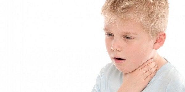 Si mon enfant avale un objet, je dois rester calme et essayer de savoir ce qu'il a avalé