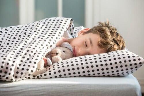 enfant faisant la sieste sur le côté
