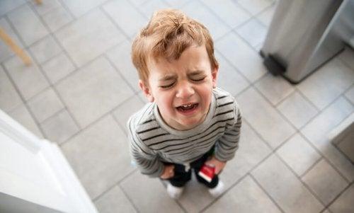 enfant pleurant à cause de sa brulûre à l' eau chaude