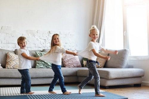 Est-ce bon de laisser les enfants marcher pieds nus dans la maison ?