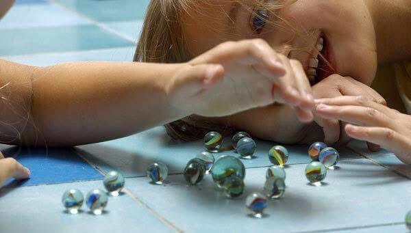 Afin de prévenir que mon enfant avale un objet, je ne dois pas le laisser jouer avec des jouets trop petits