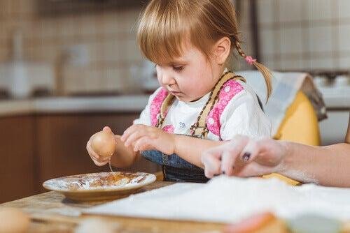 Dois-je laisser mon enfant jouer avec la nourriture ?