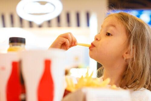 Jouer avec la nourriture éveille les sens des enfants