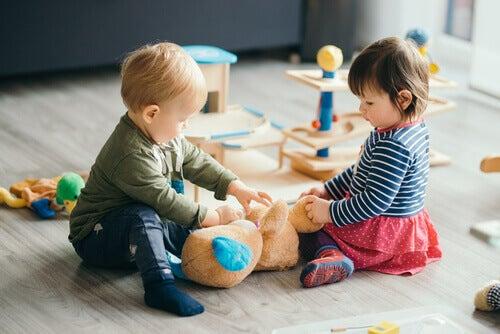 Les crèches pour les bébés et les enfants sont des endroits où ils peuvent apprendre beaucoup de choses et continuer à se développer en dehors de la maison