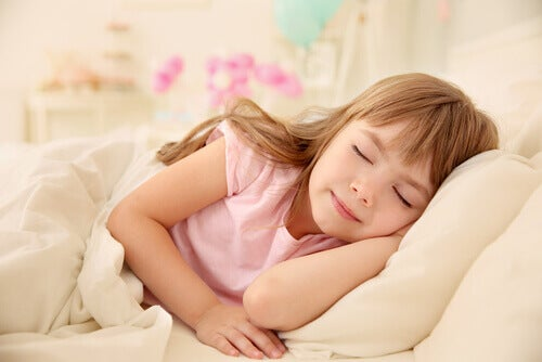 petite fille faisant la sieste