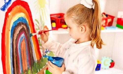 une peintre fait un dessins