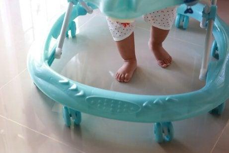 Les trotteurs pour bébés peuvent retarder le développement de la marche chez l'enfant