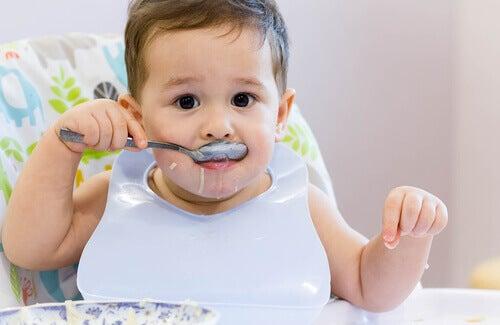 enfant à manger seul