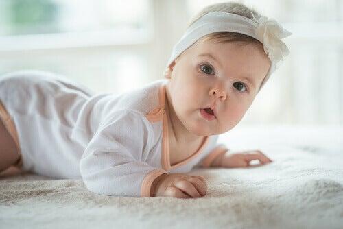 La position verticale favorise l'expulsion de l'air et apaise le hoquet du bébé.