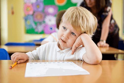 enfant distrait à l'école
