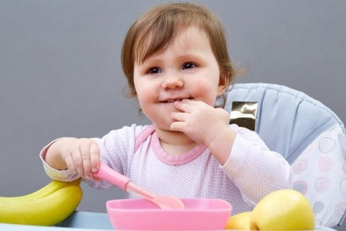 5 astuces pour enseigner à votre enfant à manger seul