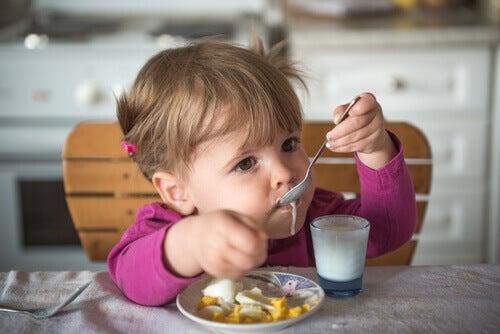 enfant mangeant un yaourt
