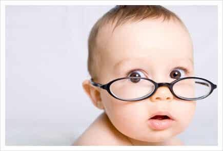 Quand est-ce que les bébés commencent à voir ?