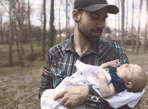 père avec son nouveau-né