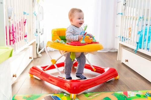 Avantages et inconvénients des trotteurs pour bébés