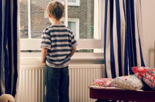 Un enfant qui s'isole