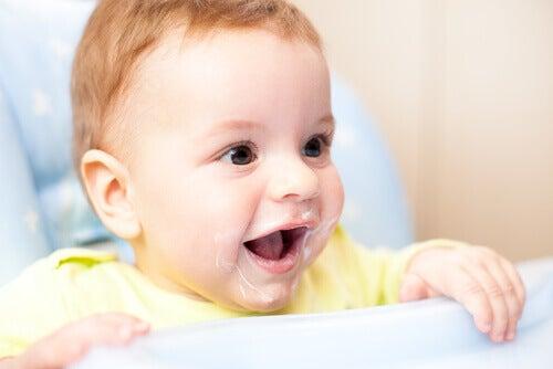 Puis-je nourrir mon jeune enfant avec du yaourt ?