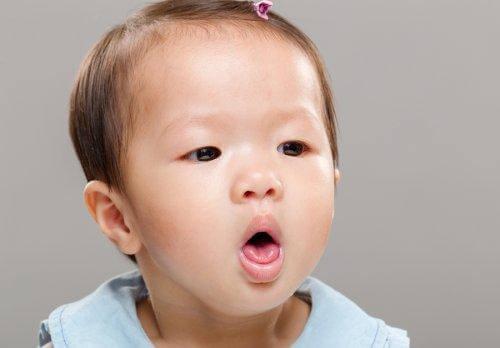 Enfant qui s'étouffe avec le lait