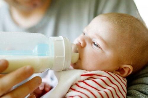 Quelle quantité de lait doit boire le bébé ?