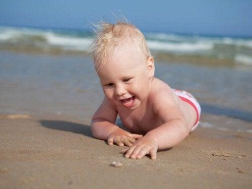 bebe qui decouvre la plage