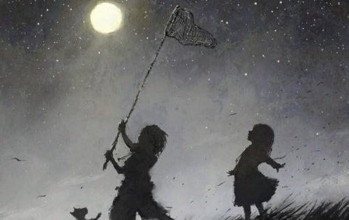 Des enfants heureux qui chassent la lune