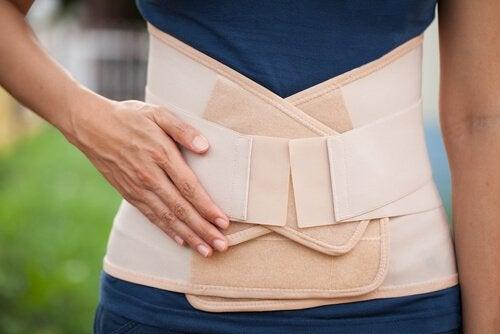 Récupérer la silhouette après l'accouchement peut se faire avec l'aide d'une ceinture post-partum.