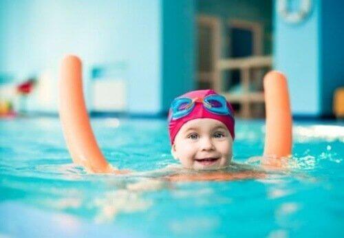 Emmener les enfants à la piscine