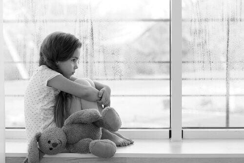 jeune fille faisant face à l'absence des parents