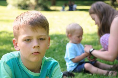 la jalousie fraternelle peut endommager la psychologie des enfants