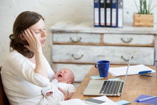 Un parent peut vite se sentir submergé s'il n'a pas le sentiment d'avoir une préparation parentale adéquate.