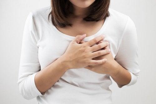 La mastite provoque des douleurs très intenses dans le sein pendant l'allaitement.