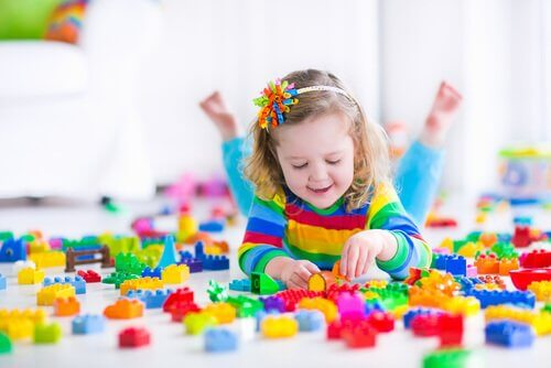 Apprendre aux enfants à jouer seul leur permet de développer leur créativité et leur imagination.