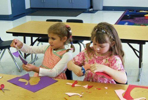 Le découpage et le collage des bricolages simples aident les enfants à développer leur motricité.