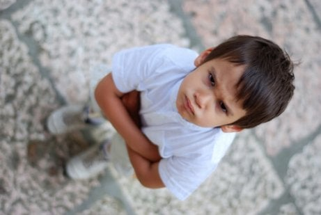 Un enfant en colère mord