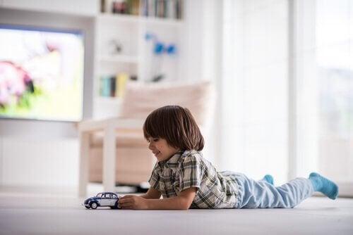 Pour apprendre à l'enfant à jouer seul, il faut lui laisser quelques espaces de liberté et de solitude.