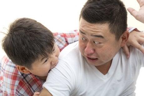 Un enfant mord son père
