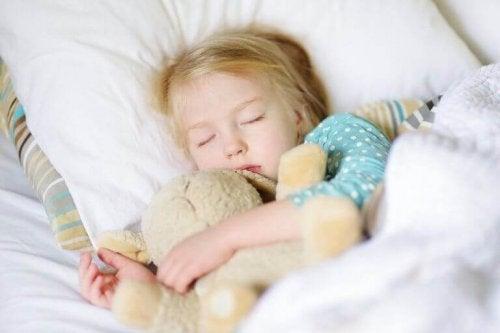 Enfant qui fait la sieste