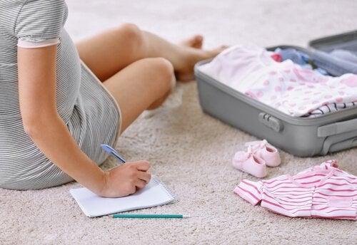 La préparation à l'accouchement implique d'organiser à l'avance les affaires dont le bébé aura besoin durant ses premiers jours de vie.