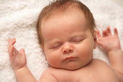Mon bébé ne pleure jamais : raisons et conseils