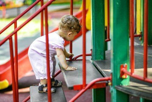 Les parcs et les tapis d'éveil pour bébés garantissent une stimulation sensorielle et physique adaptée aux besoins des enfants.