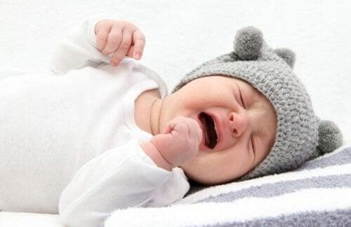 Pleurer la nuit est très fréquent chez les nourrissons qui ont besoin d'évacuer certaines choses par les pleurs.