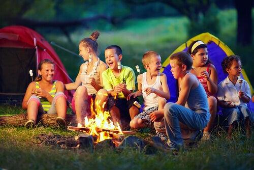 Des enfants campent autour d'un feu