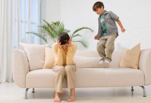 Un enfant saute sur canapé pour attirer l'attention