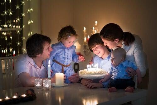Une famille fêtant un anniversaire