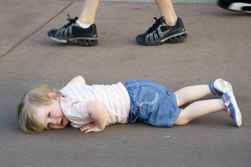 Dans la rue enfant attire attention