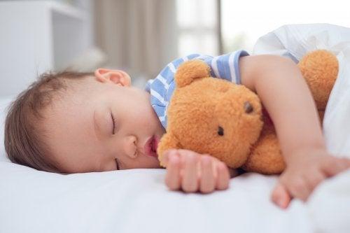 enfant dormant dans son lit