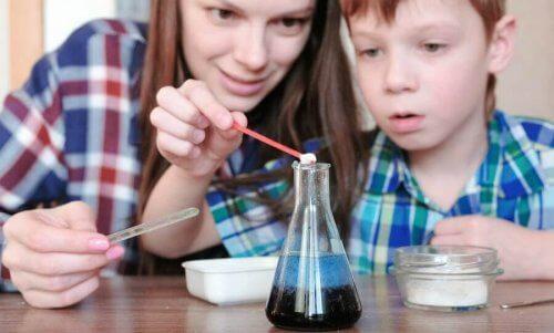 Essayez ces 4 expériences avec de l'eau pour enfants