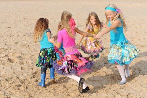 Filles qui dansent sur la plage au naturel