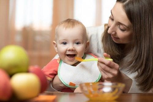 les bébés découvrent les petits plats