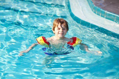 Limiter l'exposition au chlore de la piscine réduit les risques de développer des réactions allergies.